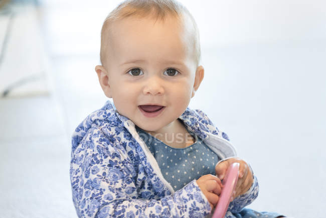 Close-up de menina brincando com brinquedo — Fotografia de Stock