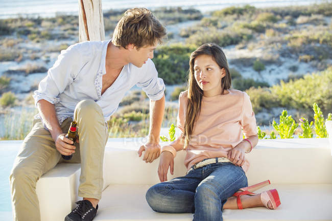 Couple enjoying beer outdoors during vacations — Stock Photo