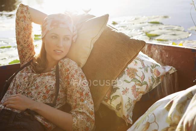 Retrato de mujer relajada descansando en barco - foto de stock