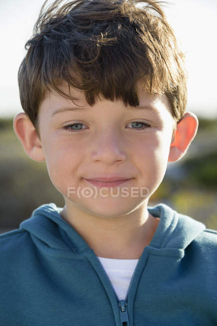 Retrato de niño feliz al aire libre — Stock Photo