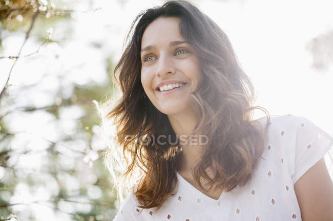 Закри щасливі жінка в Сонячний природи — стокове фото