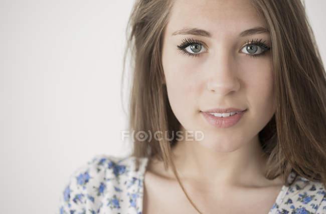 Портрет счастливой девочки-подростка с натуральным макияжем — стоковое фото