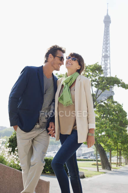 Couple moving up steps with the Eiffel Tower on background, Paris, Ile-de-France, France — Stock Photo