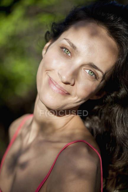 Porträt einer lächelnden Frau mit grünen Augen — Stockfoto