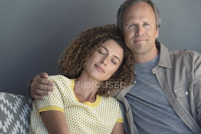 Porträt eines glücklichen Paares beim Entspannen auf der Couch — Stockfoto