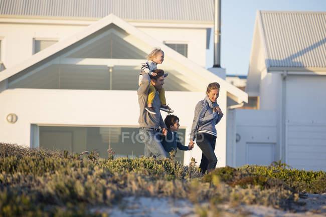 Счастливая семья, ходить перед дом в сельской местности — стоковое фото