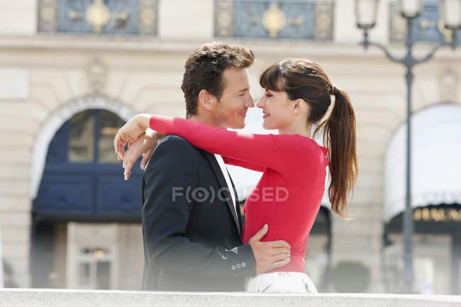 Couple romantique debout face à face dans la rue — Photo de stock