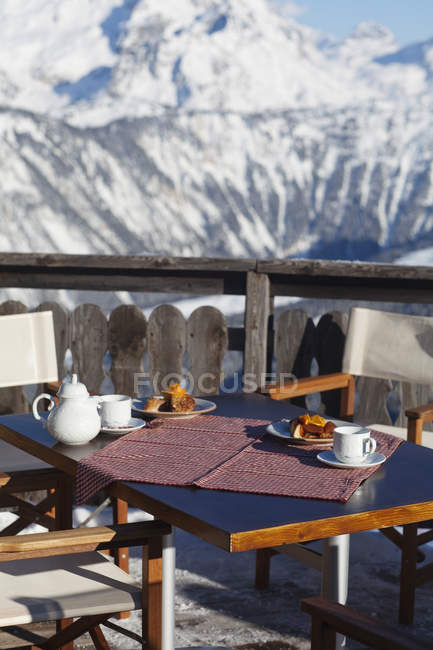 Tavolo colazione in terrazza ristorante, Courchevel, Alpi, Francia — Foto stock