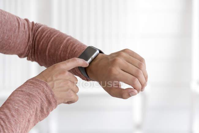 Nahaufnahme männlicher Hände bei der Überprüfung der Smartwatch — Stockfoto