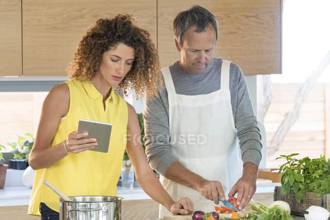 Пара приготування їжі на кухні з цифровий планшетний — стокове фото