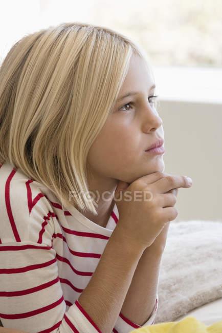 Nahaufnahme von nachdenklich Mädchen wegschauen — Stockfoto