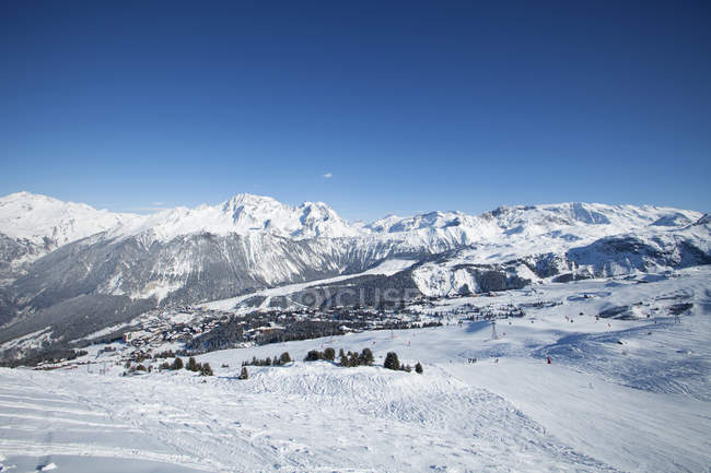 France, Alpes, piste de ski enneigée à Courchevel — Photo de stock
