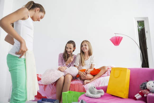 Девушка примеряет юбку с друзьями на вечеринке — стоковое фото