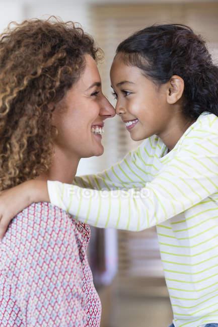 Щасливі мати і дочка тертя носами — стокове фото
