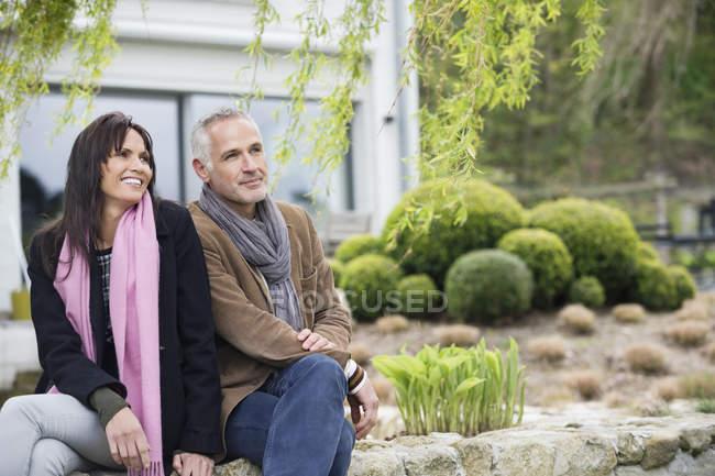 Romantiche coppie felici che si siede nel giardino — Foto stock