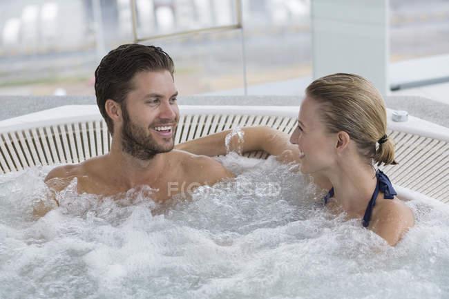 Retrato de casal descontraído risonho descansando na banheira — Fotografia de Stock