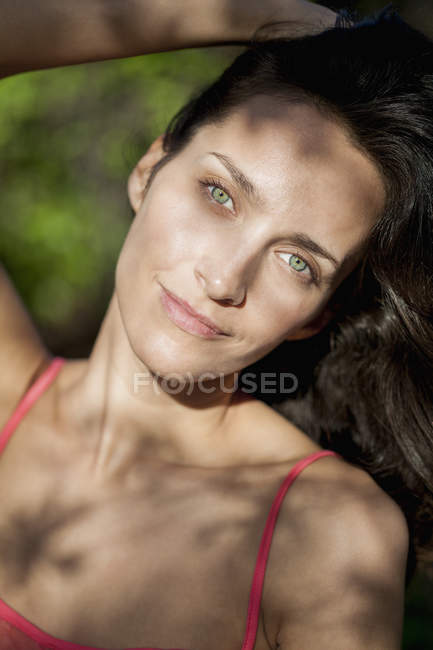 Portrait of smiling woman with green eyes outdoors — Stockfoto