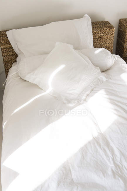 Sonnenlicht fällt auf das Bett, selektiver Fokus — Stockfoto