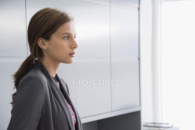 Nahaufnahme des eleganten nachdenklich Geschäftsfrau wegschauen — Stockfoto