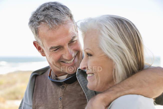 Nahaufnahme eines glücklichen Senioren-Paares beim Spazierengehen am Strand — Stockfoto