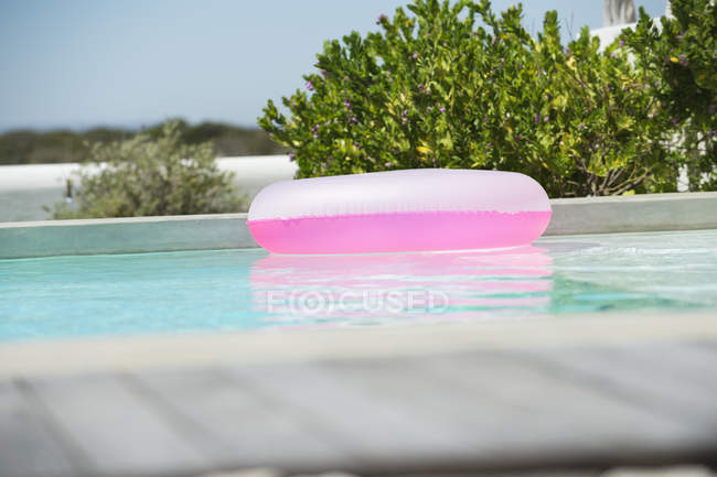 Anel inflável flutuando na água na piscina — Fotografia de Stock
