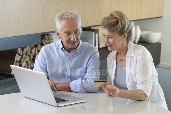 Senior couple shopping online with laptop at home — Stock Photo
