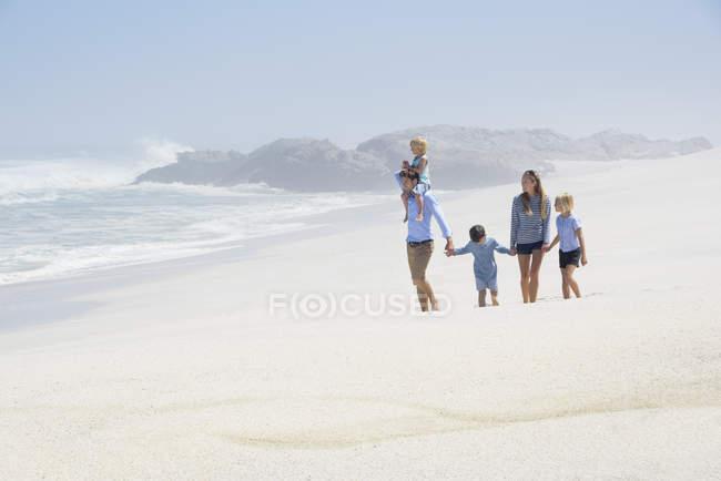 Щасливі сім'ї з дітьми, прогулянки на пляж — стокове фото