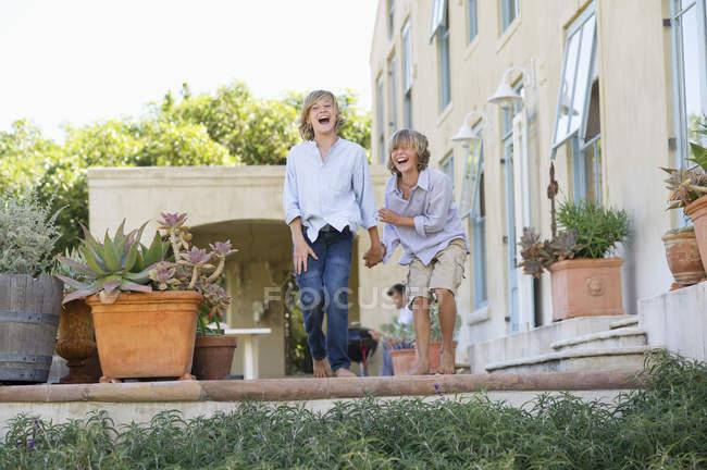 Meninos adolescentes rindo fora de casa — Fotografia de Stock