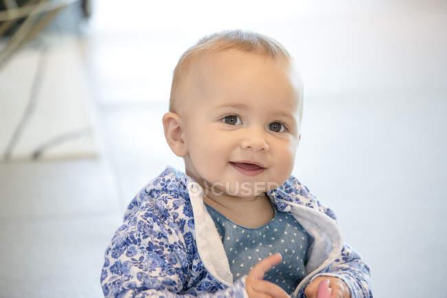 Макро дитину Дівчинка, граючи з іграшкою — стокове фото