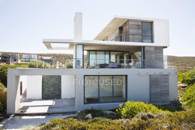 Esterno di moderna struttura residenziale in campagna — Foto stock
