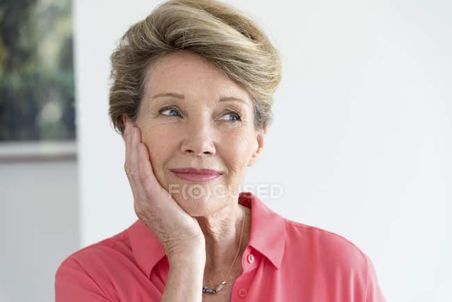 Крупный план счастливой пожилой женщины, думающей лицом к лицу — стоковое фото