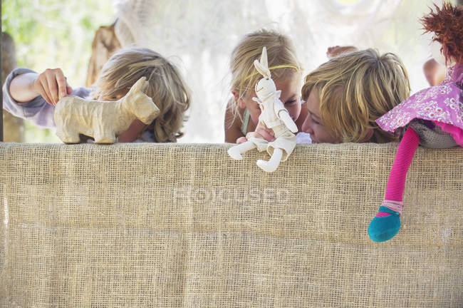 Crianças brincando com brinquedos na casa da árvore — Fotografia de Stock