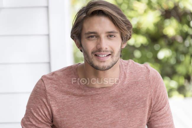Портрет счастливой молодой человек в саду — стоковое фото
