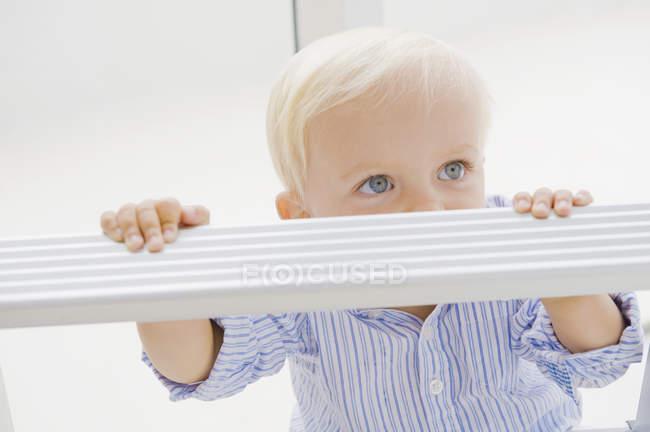Симпатичні білявий хлопчик стояв на сходинку сходами — стокове фото