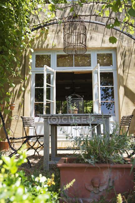 Задний двор солнечного загородного дома летом — стоковое фото