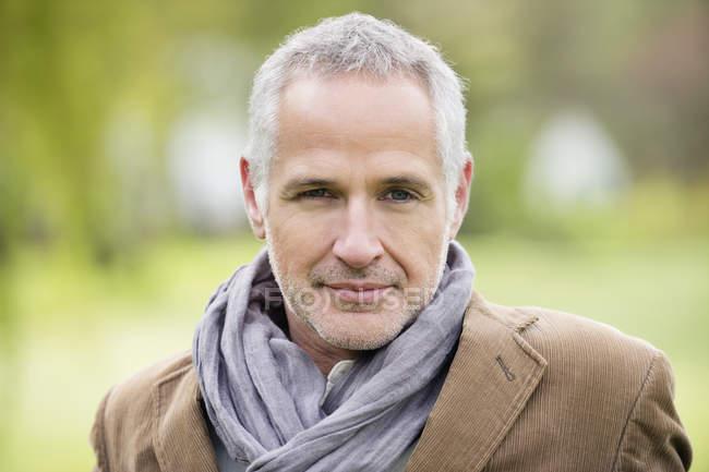 Retrato de homem maduro feliz confiante ao ar livre — Fotografia de Stock