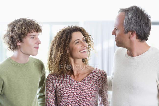 Retrato de familia feliz sonriente en casa - foto de stock
