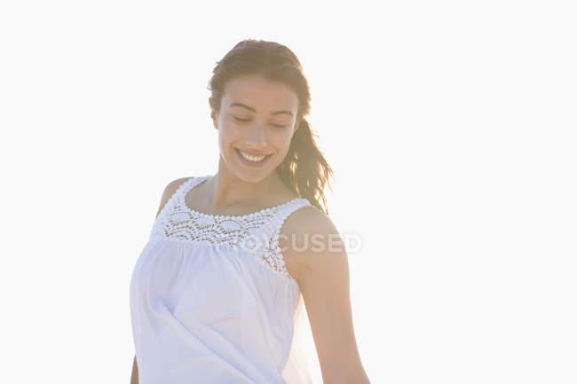 Lächelnde junge Frau auf weißem Hintergrund — Stockfoto