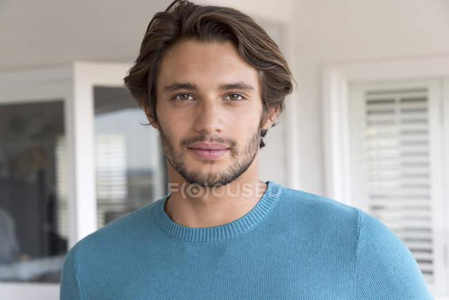 Retrato de un joven feliz en jersey azul - foto de stock