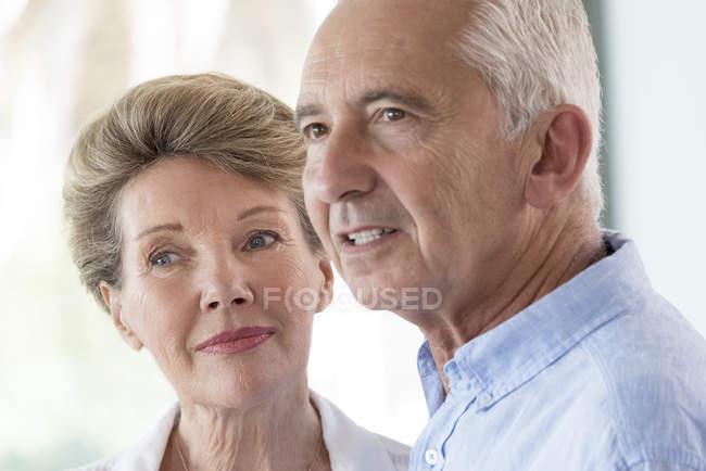 Portrait of happy senior couple looking away — Stockfoto