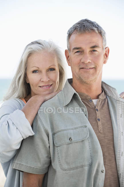 Ritratto di felice coppia romantica sorridente all'aperto — Foto stock