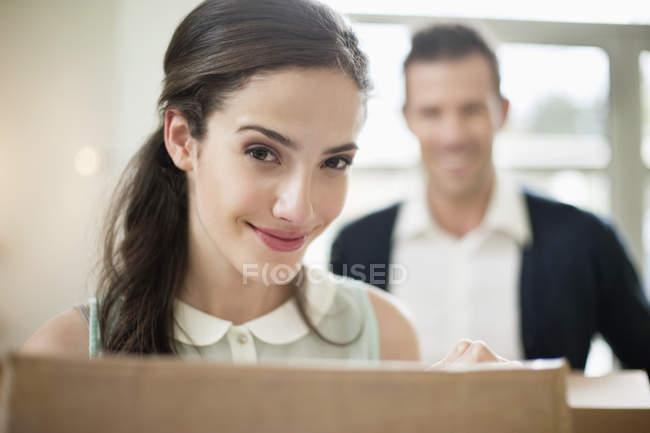 Primo piano della coppia che trasporta scatole di cartone nella nuova casa — Foto stock