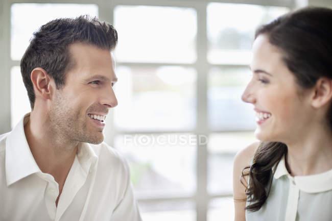 Nahaufnahme der fröhliche paar einander betrachtend — Stockfoto