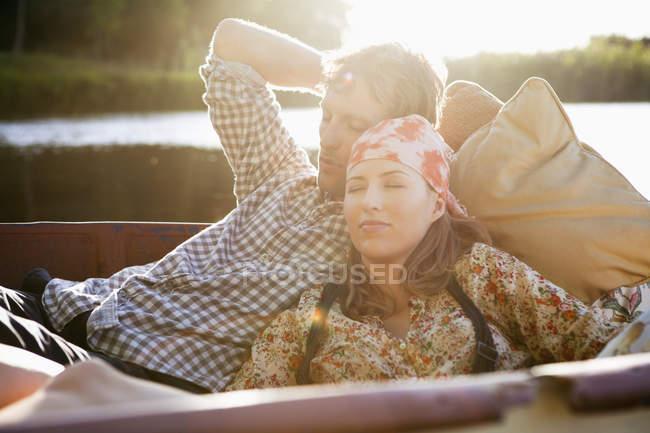 Casal jovem relaxado, descansando no barco — Fotografia de Stock