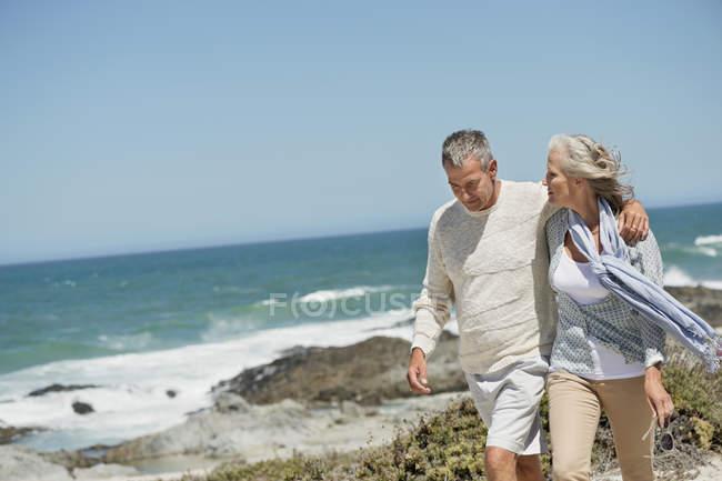 Романтическая старшая пара прогулка по пляжу — стоковое фото