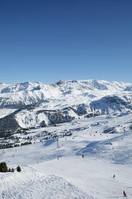 Франция, Альпы, заснеженный горнолыжный склон в Куршевеле — стоковое фото