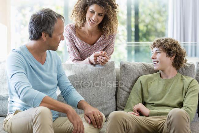 Famiglia felice ne nel salotto a casa — Foto stock