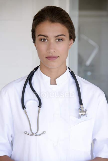 Porträt einer selbstbewussten Ärztin, die vor der Kamera steht — Stockfoto