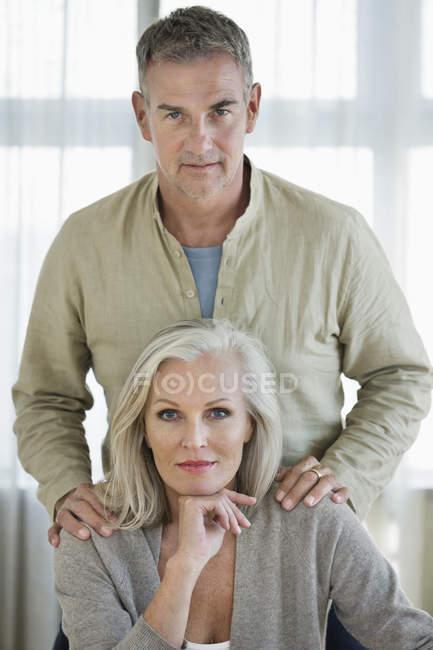 Портрет впевнено старший пара постановки на дому — стокове фото