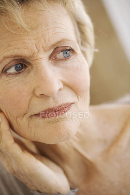 Портрет пожилой женщины с короткими волосами — стоковое фото